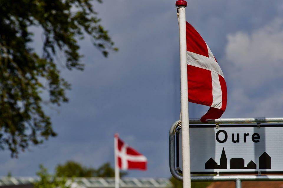 Header, Skolerne i Oure, Oure, Byskilt, Flag